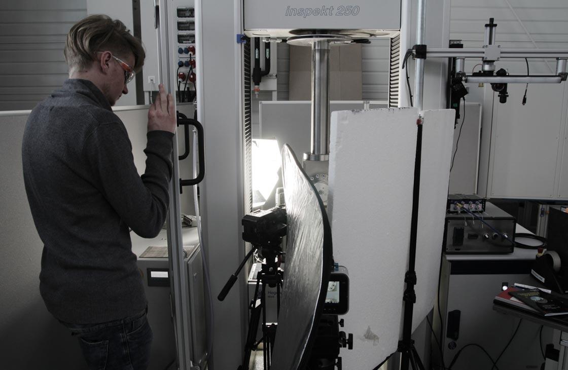 IMG_6457-Zugpruefung-Maschine-Carbon-Zerreissprobe-Lukas-Schuler